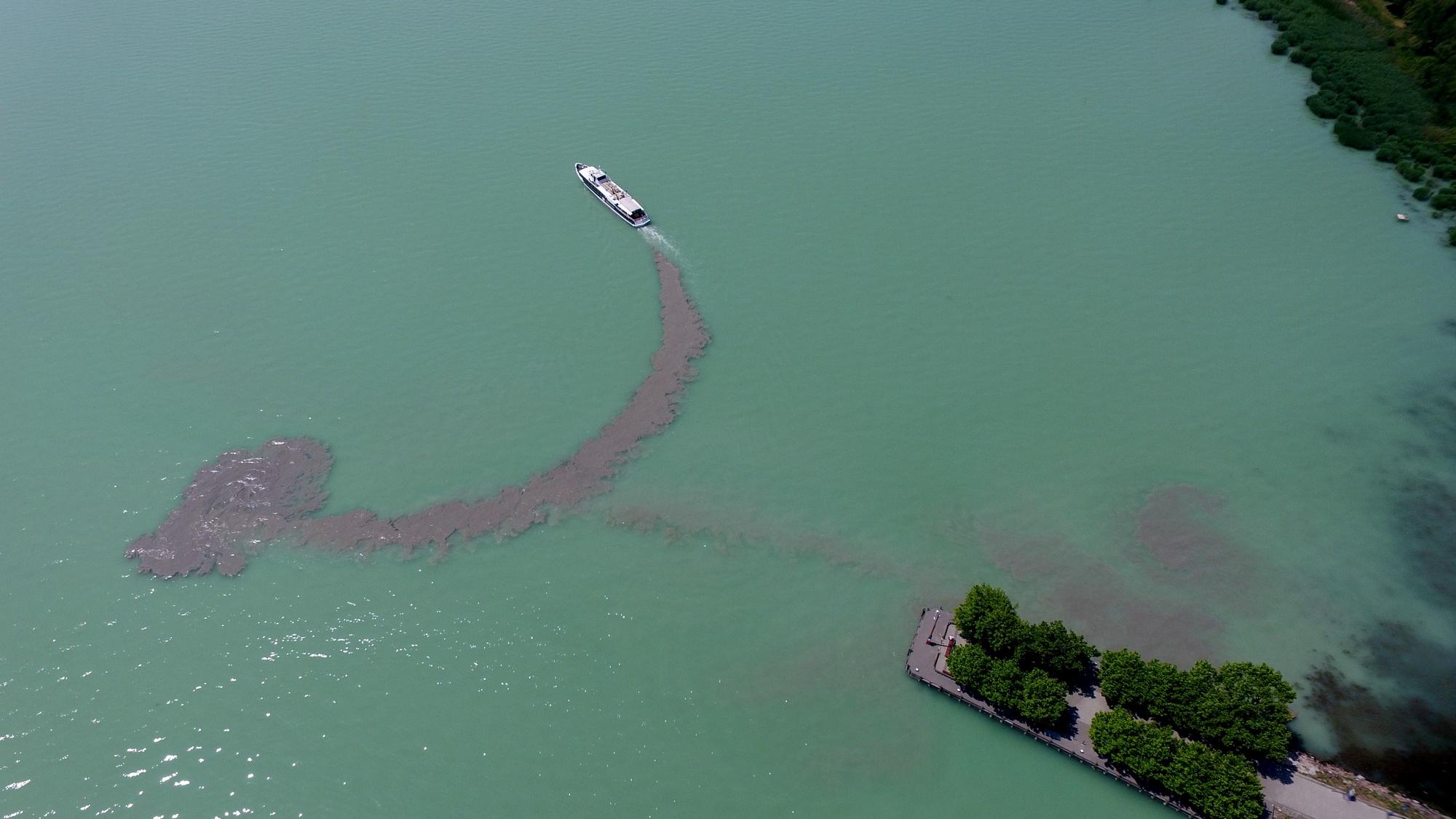 Natural tracklog of a starting boat (Lake Balaton, Revfulop, Hungary)