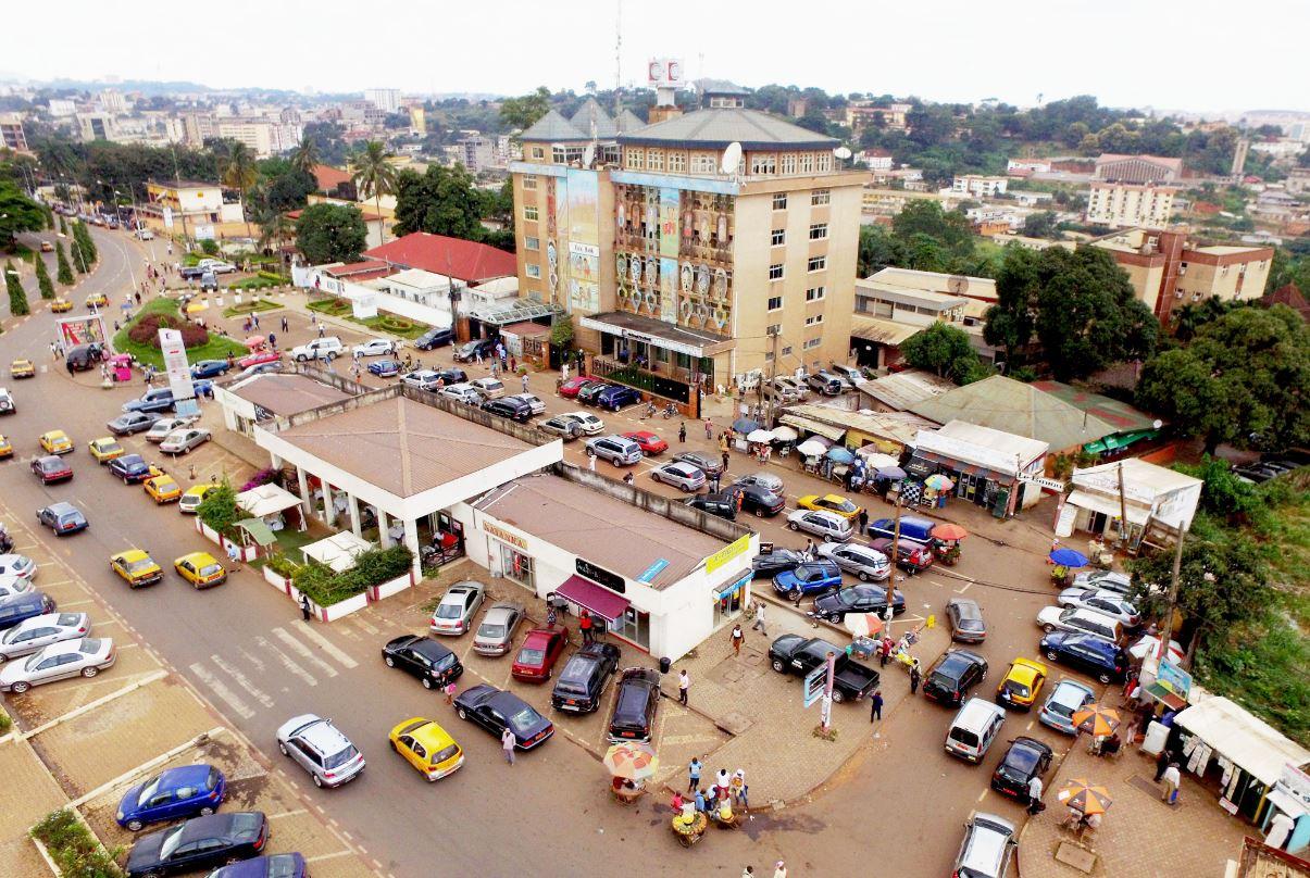 Image d'un immeuble au centre ville de Yaoundé.