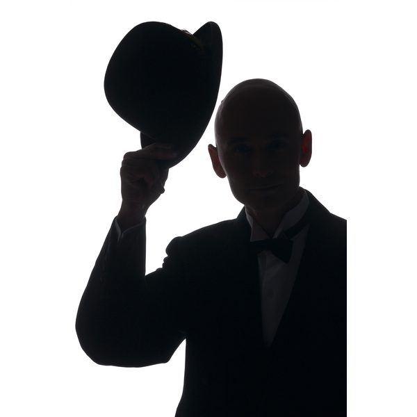Открытка джентльмен снимает шляпу, днем