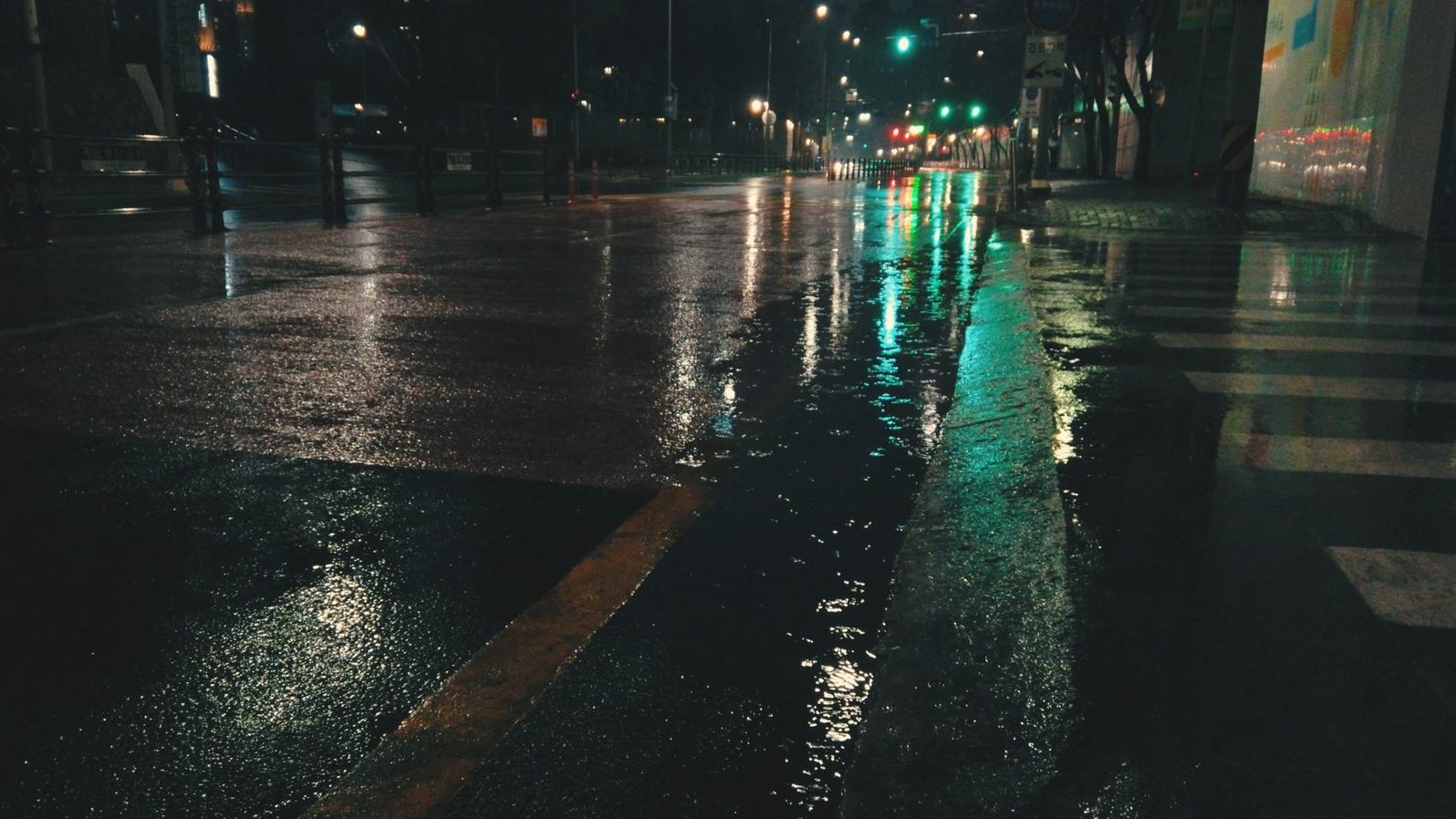 OSMO Pocket Rainy Street (SDR).mp4_20190310_220938.727.jpg